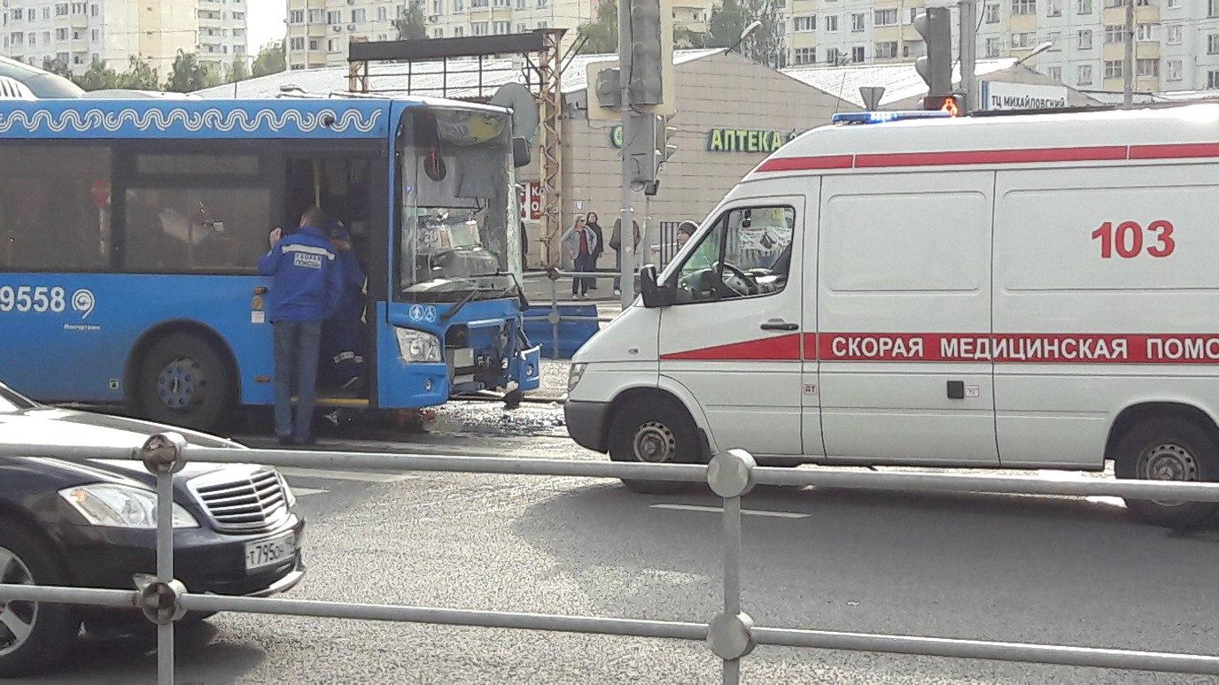 В российской столице встолкновении автобуса ибетономешалки пострадали три человека