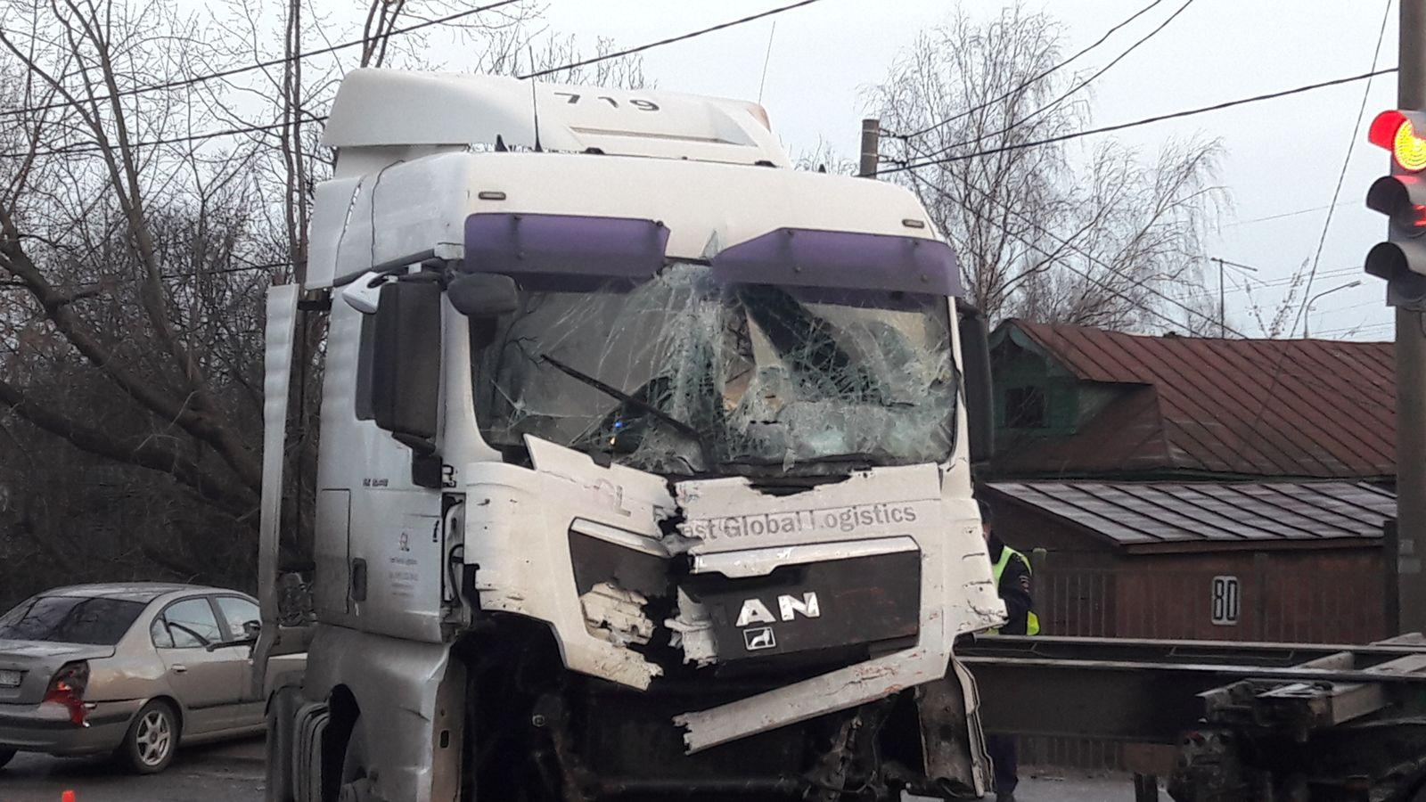 Два человека пострадали вДТП с 2-мя грузовиками