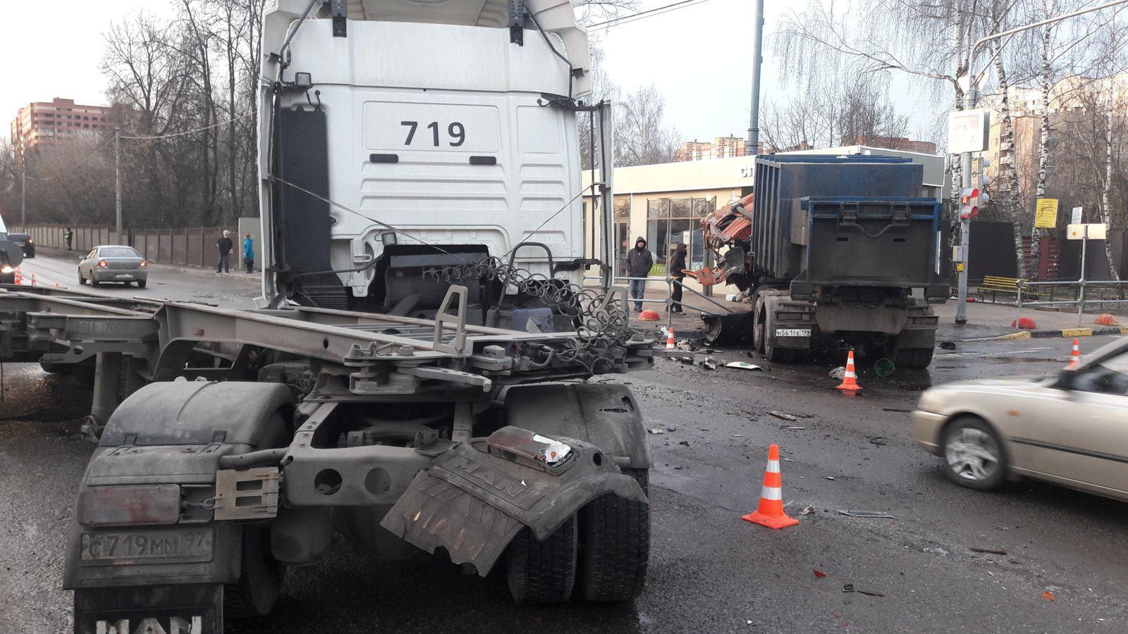 В столицеРФ вДТП с 2-мя грузовиками пострадали два водителя