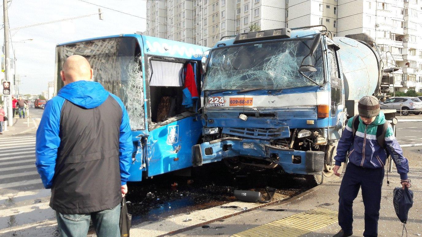 Милиция в столице России работает наместе ДТП сучастием автобуса ибетономешалки