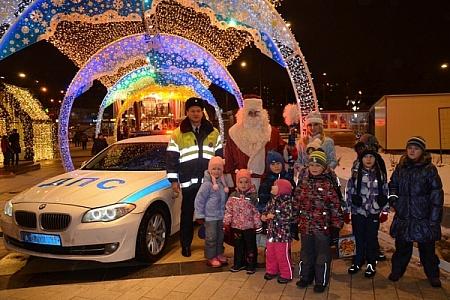 Полицейский дедушка Мороз поздравил кировских любителей автомобилей ипешеходов